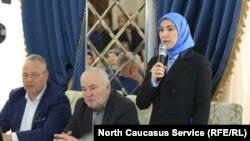 Айна Гамзатова выступает перед инициативной группой, выдвинувшей ее кандидатом в президенты