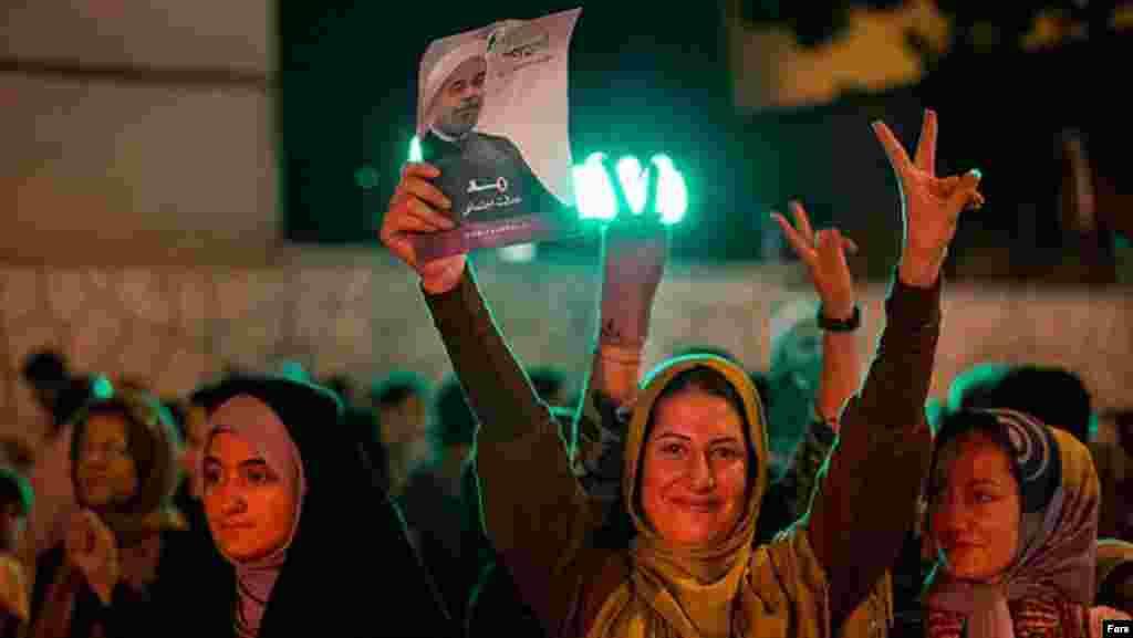 Уличные шествия начались в Тегеране после того, как власти сообщили, что Рохани набрал 50,68 процента голосов. Необходимость в проведении второго тура президентских выборов отпала.