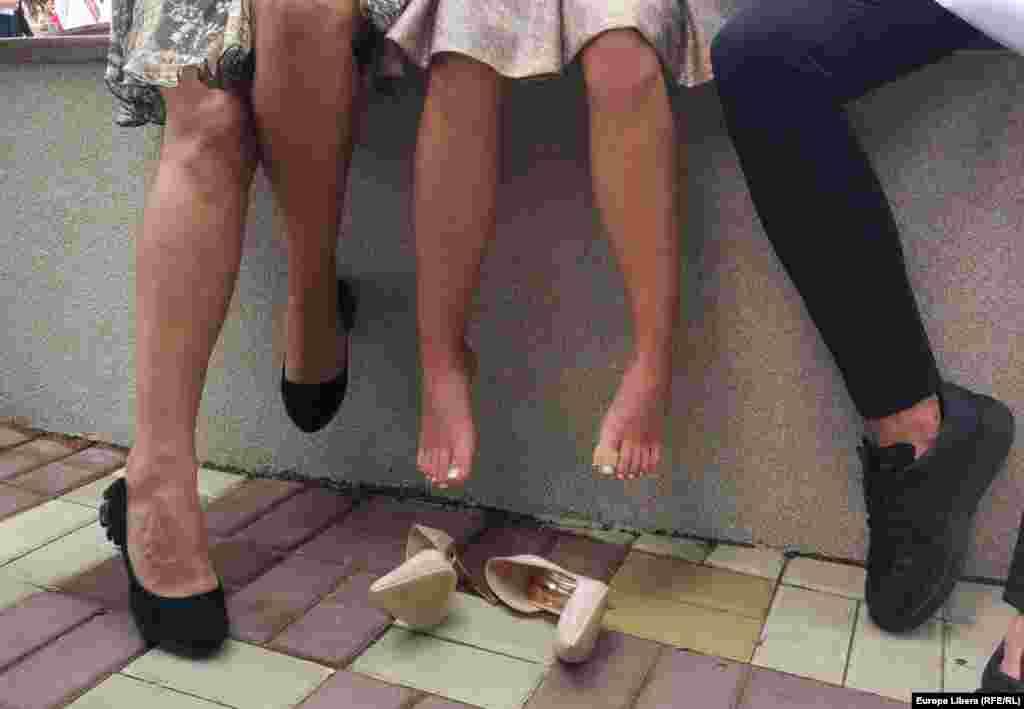 МАКЕДОНИЈА - Порнографски видеа и фотографии со експлицитна содржина со девојки и жени од Гевгелија и околината се споделуваат на пораки преку Вибер и Месинџер. Случајот е пријавен во Министерството за внатрешни работи, каде се постапува по него.