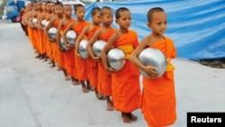 Буддийские монахи движения Дхакаммая готовятся собирать пожертвования