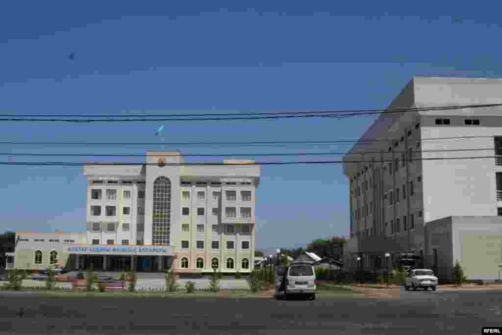 Административные здания Алатауского района Алматы. 11 июля 2009 года.