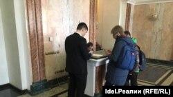 Глава избирательного штаба Навального в Казани Эльвира Дмитриева 17 марта в мэрии Казани