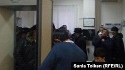 OCC жұмысшыларының үстінен өтіп жатқан сотқа жиналған адамдар. Маңғыстау облысы, Маңғыстау ауданы, 23 қаңтар 2017 жыл.