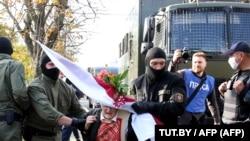 Силовики затримують 73-річну опозиційну активістку Ніну Багінську під час акції протесту в Мінську, Білорусь, 19 вересня 2020 року