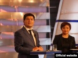 Шайлоого чейинки теледебаттан бир көрүнүш, алып баруучулар: Кубат Оторбаев, Динара Сүймалиева.