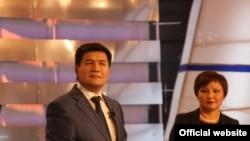КТРКдагы телетаймаштын алып баруучулары Кубат Оторбаев жана Динара Сүймалиева, 17-октябрь 2011-жыл.