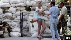 Жители Донецка ведут разговор рядом с укреплениями пророссийских сепаратистов. 28 мая 2014 года.