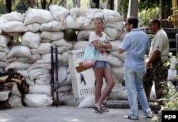 Сепаратистердің тосқауыл бекеті жанында сөйлесіп тұрған жергілікті тұрғындар. Донецк, 28 мамыр 2014 жыл.