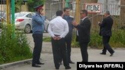 Полицейские и чиновники в Шымкенте. Иллюстративное фото.