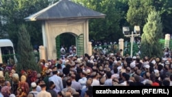 Верующие у мечети Эртогрулгазы в Ашхабаде (иллюстративное фото)