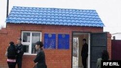 Пропускной пункт в тюрьму общего режима (КА-168/2), где отбывает наказание Александр Тайшиев, осужденный по обвинению в терроризме. Актобе, 19 апреля 2010 года.