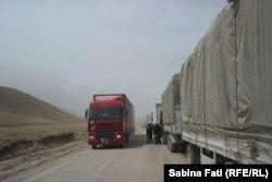 Фуры стоят в ряд на китайско-кыргызской границе.