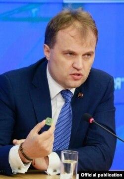 Evgheni Şevciuk la Moscova, demonstrând noile ruble transnistrene de plastic, 2 octombrie 2014