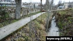 Речка Балаклавка течет по желобам вдоль стадиона