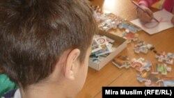 ВИЧ дертіне шалдыққан ұл бала сурет салып отыр. Шымкенттегі «Ана мен бала» орталығы, 30 қараша 2010 жыл. (Көрнекі сурет)