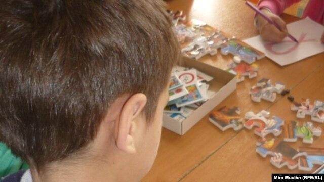 """ВИЧ-позитивный ребенок на занятиях по рисованию в центре """"Мать и дитя"""". Шымкент, октябрь 2010 года."""