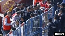 Түркиянын Дикли шаарчасына депортацияланган мигранттар. 4-апрель, 2016-жыл.