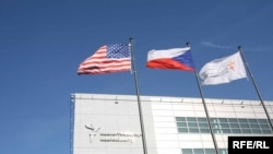 Zastave SAD, Češke Republike i RSE ispred sjedišta radija u Pragu