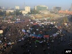 Хосни Мубарактын режимине каршы көтөрүлүштүн бир жылдыгын утурлай египеттиктер Каирдин ортосундагы Тахрир(Эркиндик) аянтына агылып келишүүдө. 25-январь 2012