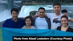 Переехавший в США казахстанец Абзал Лесбеков (справа во втором ряду).