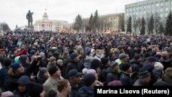 На несанкцыянаваным мітынгу каля будынка Кемераўскай рэгіянальнай адміністрацыі 27 сакавіка.