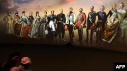"""Картина """"Дома Романовых"""" на выставке в Манеже"""