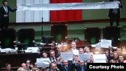 Опозиція блокує трибуну польського парламенту – Сейму, 17 грудня 2016 року