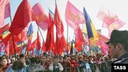 Сторонники премьера Януковича репетируют мирное наступление на президента на Европейской площади Киева