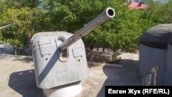 В 1966 году на площадке рядом с казематами установили два корабельных орудия калибром 130 мм