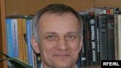 Віктор Качула, головний редактор щотижневої газети «Кримська світлиця», єдиної повноцінної українськомовної газети в Криму. 29 грудня 2009 року Міністерство культури України видало наказ про його звільнення