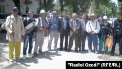 Зоирони пиёдаи тоҷик дар Кӯлоб. Моҳи майи соли 2012