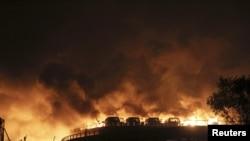 Пожар после взрывов в китайском городе Тяньцзинь. 12 августа 2015 года.