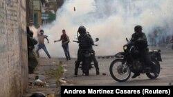Venesuela hərbçiləri Urena şəhərində aksiyaçılarla toqquşur.