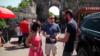 Корреспондент Радио Азатутюн беседует с туристами, 5 июля 2019 г.