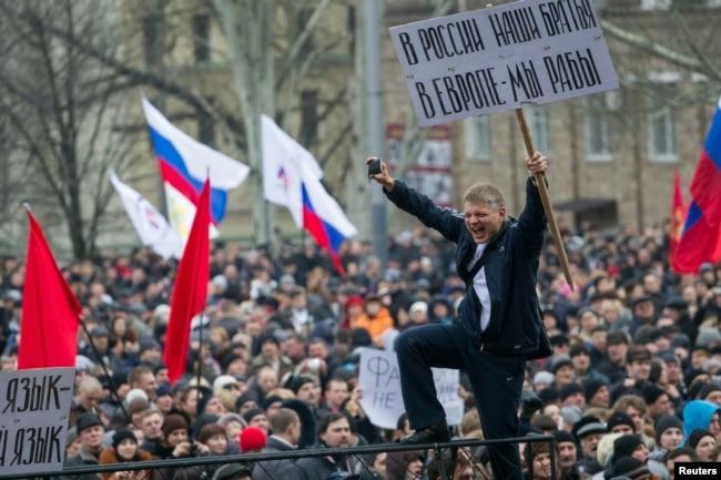 Пророссийские протестующие с флагами России во время митинга в центре Донецка, 1 марта 2014 года