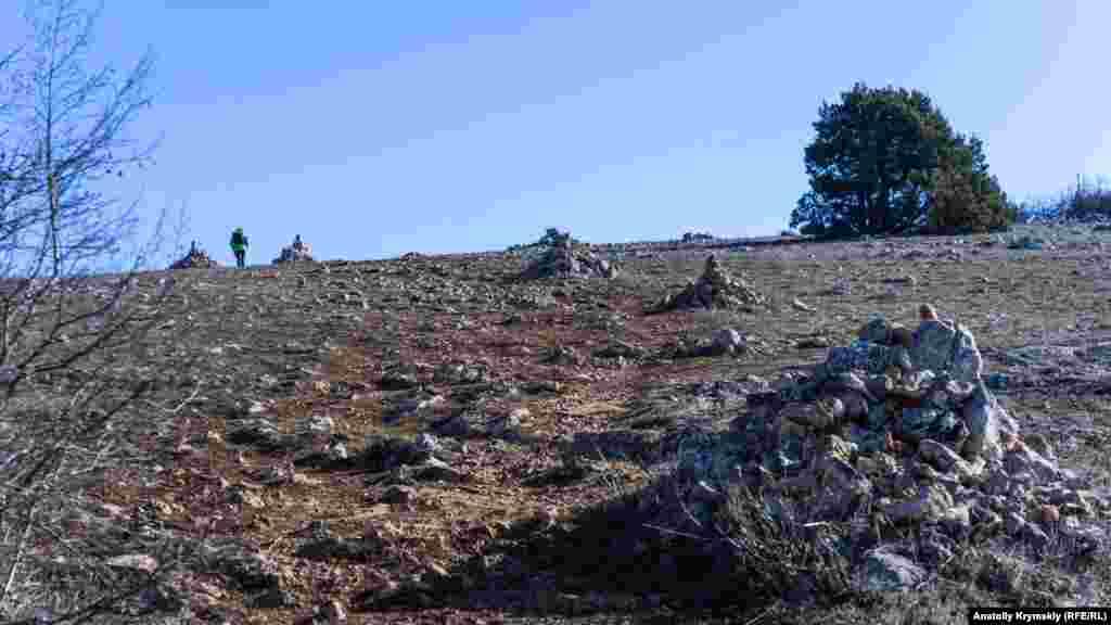 За маршрутом Великої севастопольської стежки у підйомі на Фороський Кант викладені купи каміння