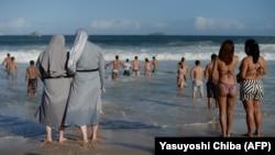 Католические монахини из Польши на пляже в Рио-де-Жанейро