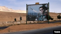 Хомс провинциясын Дамаскімен жалғастыратын жол бойындағы Сирия президенті Башар Асад бейнеленген биллборд. 13 қазан 2015 жыл. (Көрнекі сурет.)