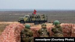 Drapel transnistrean pe un tanc, exerciții militare ale armatei transnistrene și ale armatei ruse, noiembrie 2019