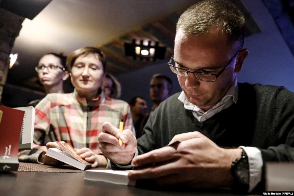 Алесь Пілецкі падпісвае кнігі сваім чытачкам