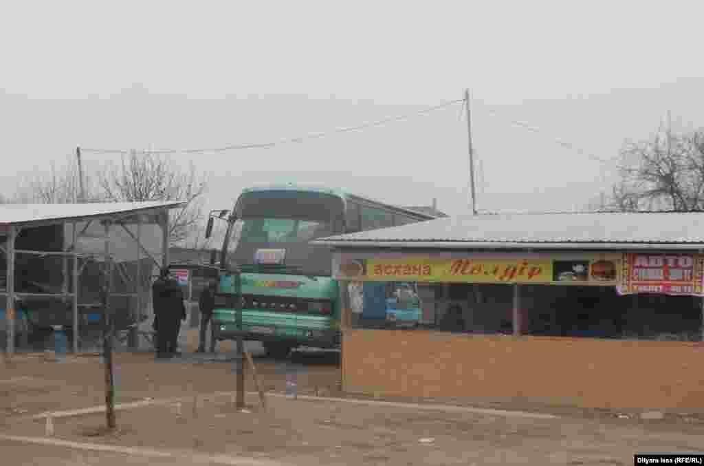 Стоянка для автобусов и столовая рядом с таможенным постом.