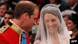 Принц Уильям и Кейт Миддлтон во время свадебной церемонии 29 апреля 2011 года