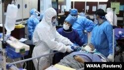آرشیف، کارکنان صحی در حال ارائه خدمات به بیماران مبتلا به ویروس کرونا در یکی از شفاخانه های ایران.