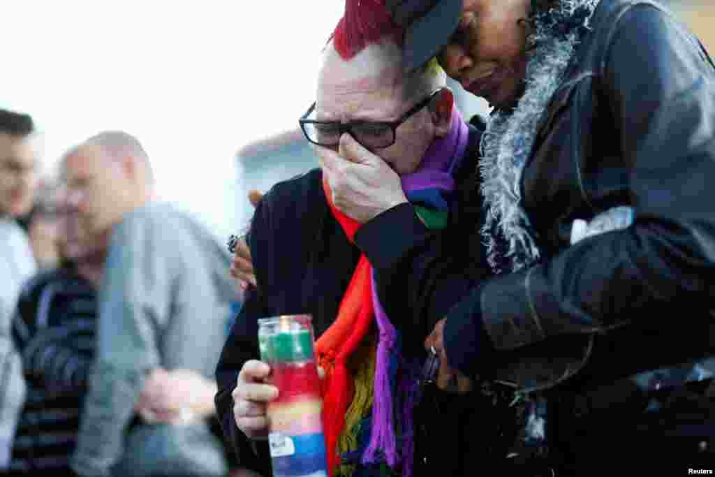 В ночь на воскресенье в одном из гей-клубов города Орландо 29-летний житель Флориды Омар Мартин открыл огонь по посетителям. В этот вечер погибли 50 человек, 53 были ранены. Это стало крупнейшим массовым расстрелом в современной истории США.