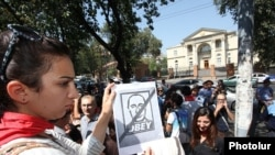 Armenia - Activists protest against Armenia's membership in a Russia-led customs union in front of the presidential palace in Yerevan, 4Sep2013.