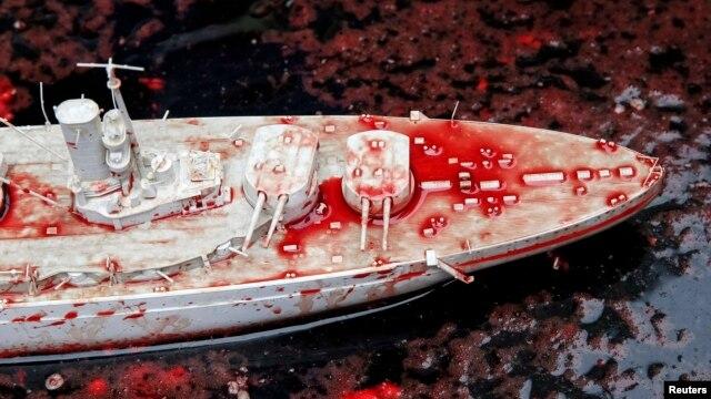 Символічний корабель «плавав у крові» і під посольством Франції в Україні, 15 травня 2014