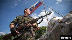 Сторонник так называемой Донецкой народной республики на одном из блок-постов