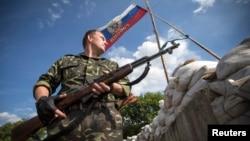 Ուկրաինա - Զինյալ անջատականը հսկում է ուղեփակոցը Լուգանսկի մոտակայքում, 24-ը հունիսի, 2014թ․