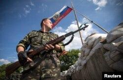 Пророссийский сепаратист стоит на КПП у города Лисичанск. 24 июня 2014 года.