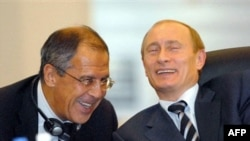 Орусия президенти В.Путин тышкы иштер министри С.Лавровго анекдот айтууда. Стамбул, Түркия. 25.6.2007.
